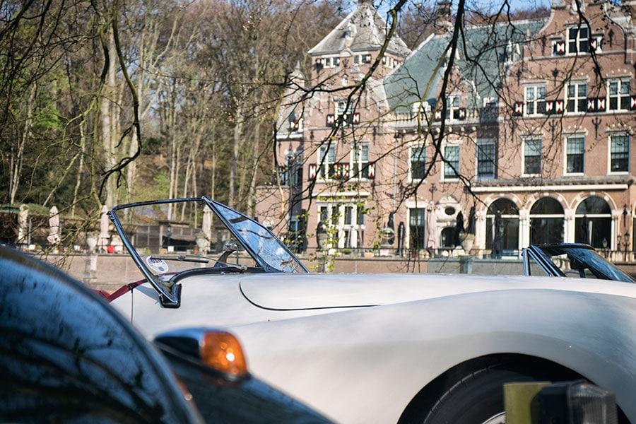 Jaguar Xk120 voor het sterrenrestaurant Duin en Kruidberg tijdens een oldtimerrally