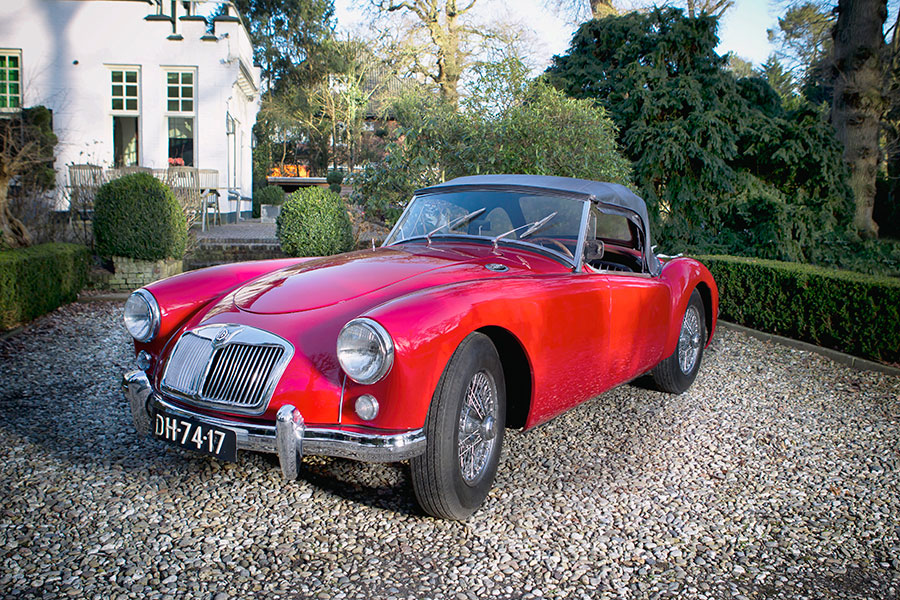Traditionele Britse sportmodel MG A uit 1960 tijdens een oldtimerrally