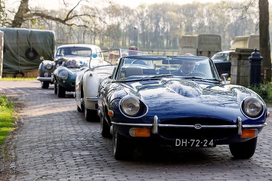 Iconische Jaguar E-type Roadster uit 1969 en andere klassiekers tijdens oldtimerrally