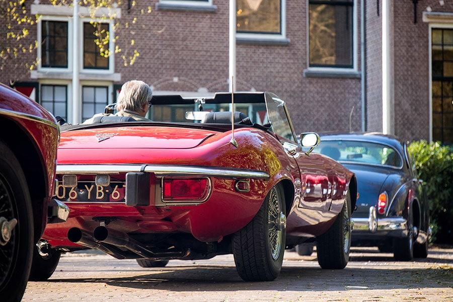 Classic Jaguar E-type Roadster met V12-motor uit 1974 neemt deel aan een klassiekerrally