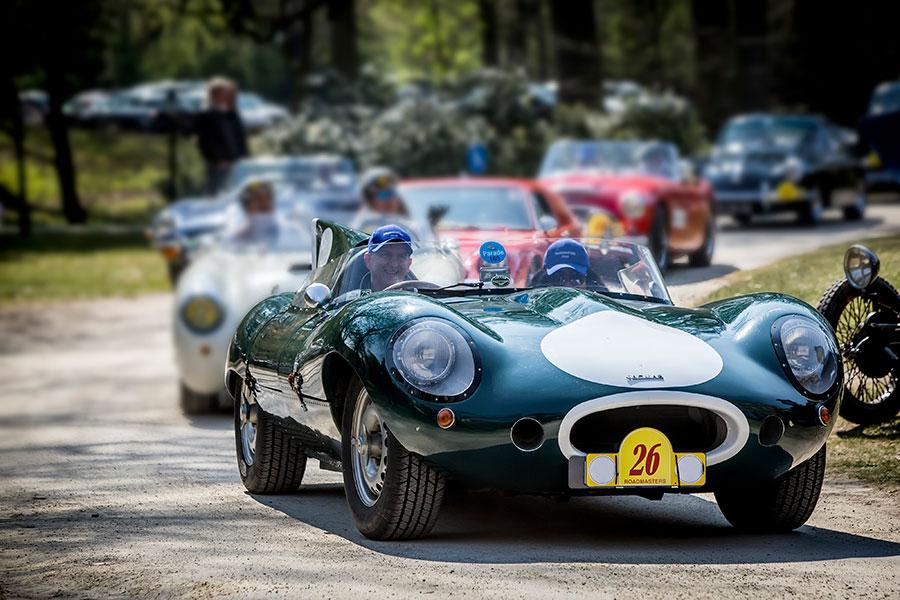 Historische Jaguar D-type raceauto tijdens een oldtimerrally van Rijeenklassieker