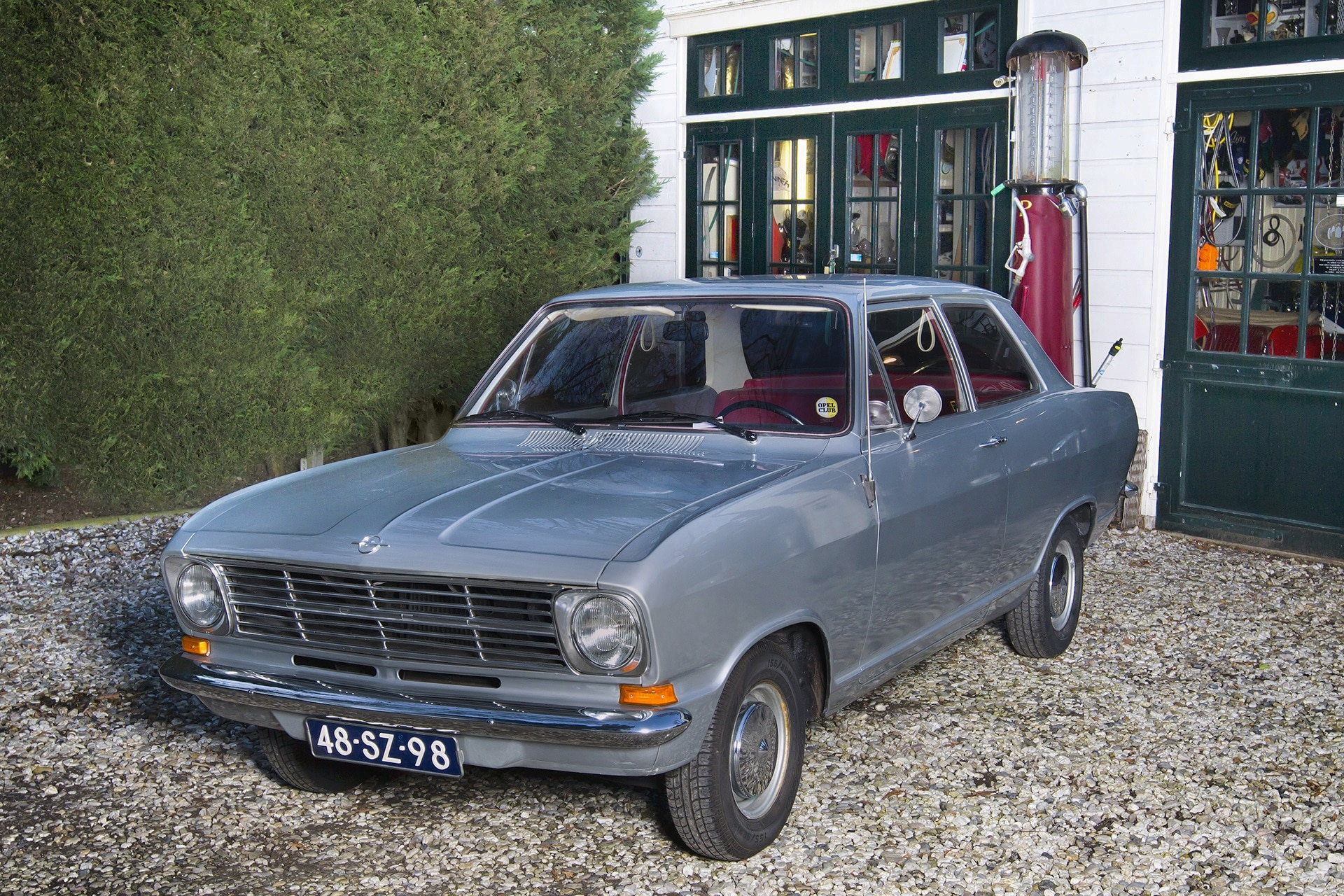Opel Kadett B uit 1971 staat klaar voor een klassiekerrit