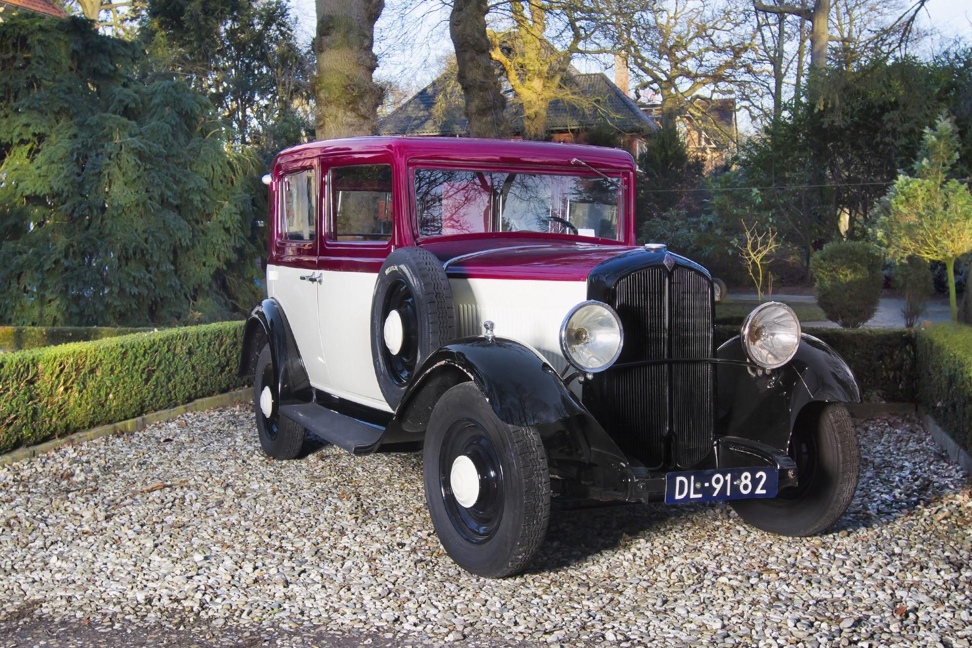 Vintage Renault Mona uit 1932 klaar voor een klassiekerrit