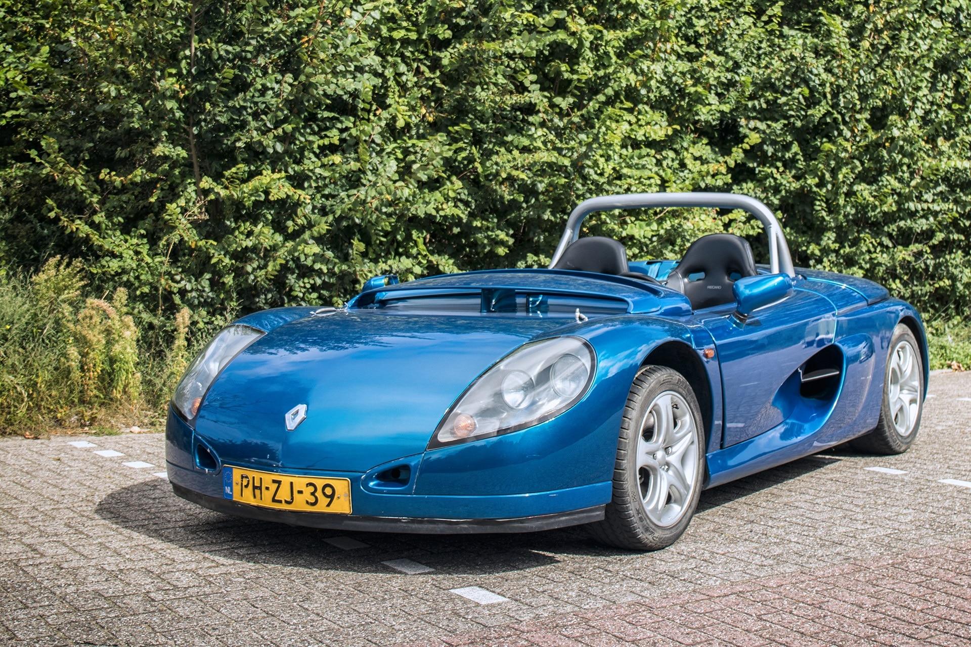 Blauwe Renault Sport Spider uit 1996 op een parkeerplaats