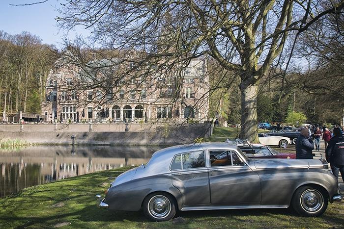 Rolls Royce Silver Cloud tijdens klassiekerrit voor het sterrenrestaurant Duin en Kruidberg